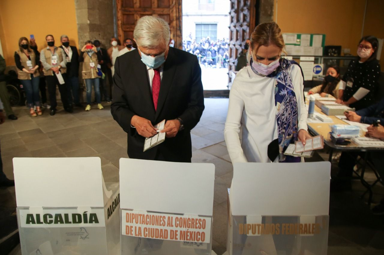 """""""Que viva la democracia"""": AMLO ejerció su derecho al voto esta mañana en la casilla C1"""