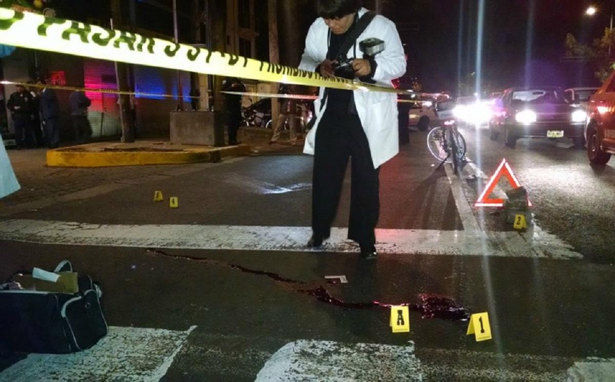 ¡A sangre fría! Mujer asesina con disparos en la cabeza a joven de 25 años luego de perseguirlo