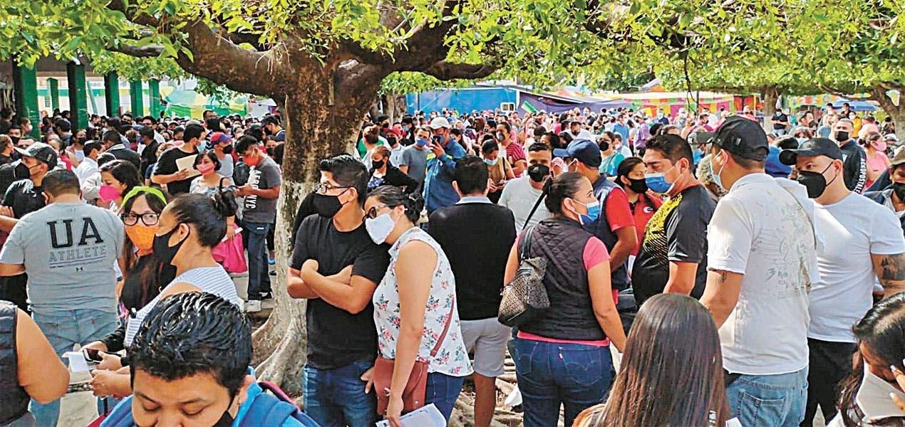 ¡Módulos Full! Cientos de personas de 30 a 39 años acudieron a recibir la primera dosis de la vacuna contra Covid-19 en Jiutepec. La jornada culminará mañana 23 de julio