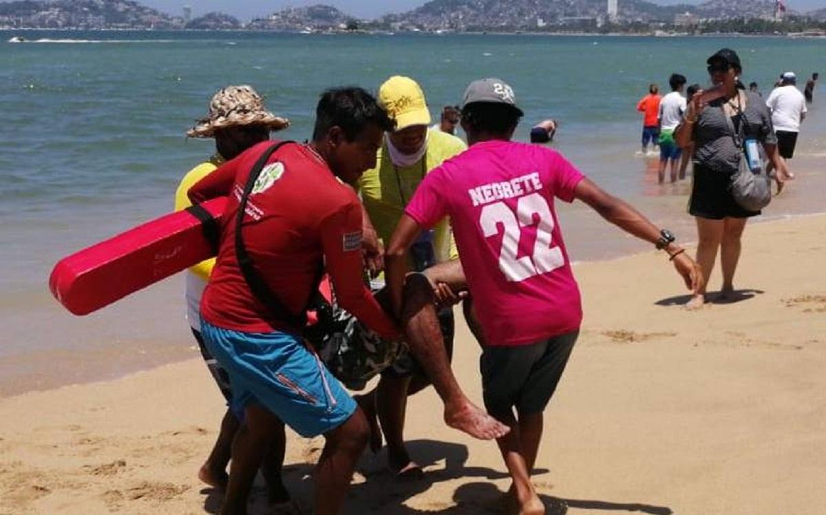 ¡Tremendo susto! Turista morelense cae de un paracaídas en playa de Acapulco