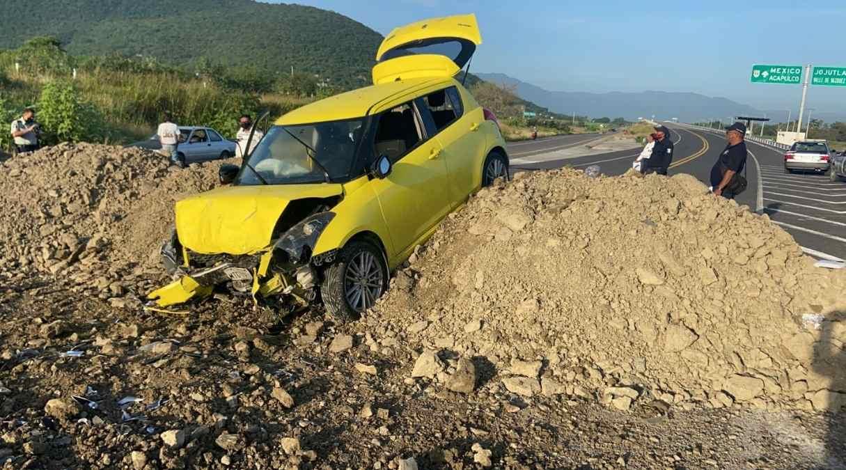 Ejidatarios de la zona sur en Morelos bloquean la autopista Siglo XXI con montones de tierra y a consecuencia un auto se estrella a la altura de Jojutla