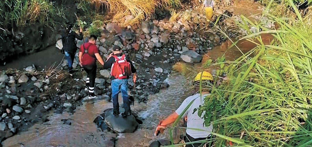 Arrastra corriente a un hombre que caminaba cerca de una barranca de autopista La Pera - Cuautla