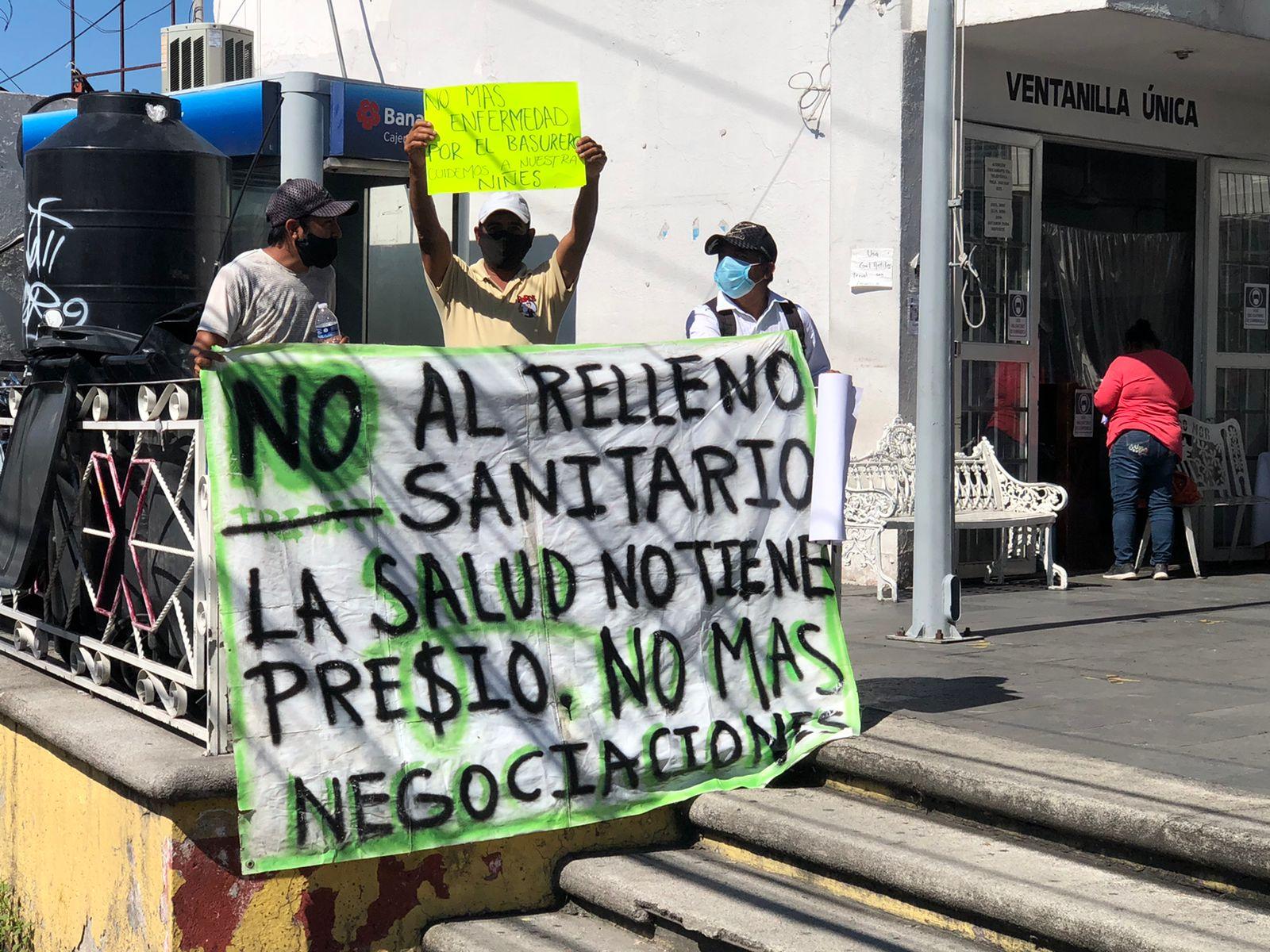 Protesta en ayuntamiento de Temixco por reactivación de relleno sanitario de Loma de Mejía, el cual representa un foto de infección para la población