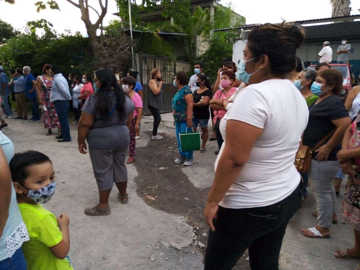 Vecinos de Zacatepec protestaron frente a la casa de la alcaldesa Olivia Ramírez para exigir la restitución del servicio de agua luego de varias semanas sin suministro