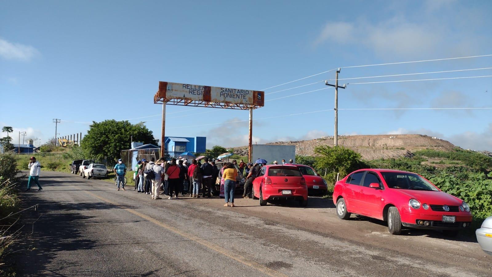Vecinos del municipio de Mazatepec en compañía del alcalde Jorge Toledo bloquearon el acceso al relleno sanitario de la zona sur poniente de Morelos para que otras localidades dejen de traer desechos a este espacio