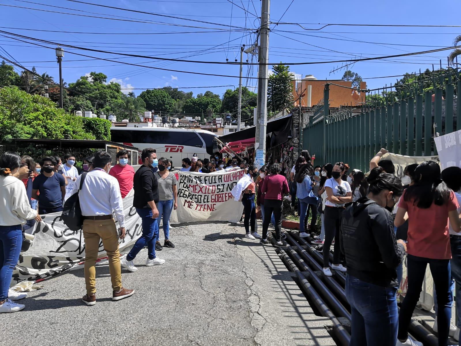 Protestan normalistas en el IEBEM en Cuautla exigiendo el pago adeudado a docentes