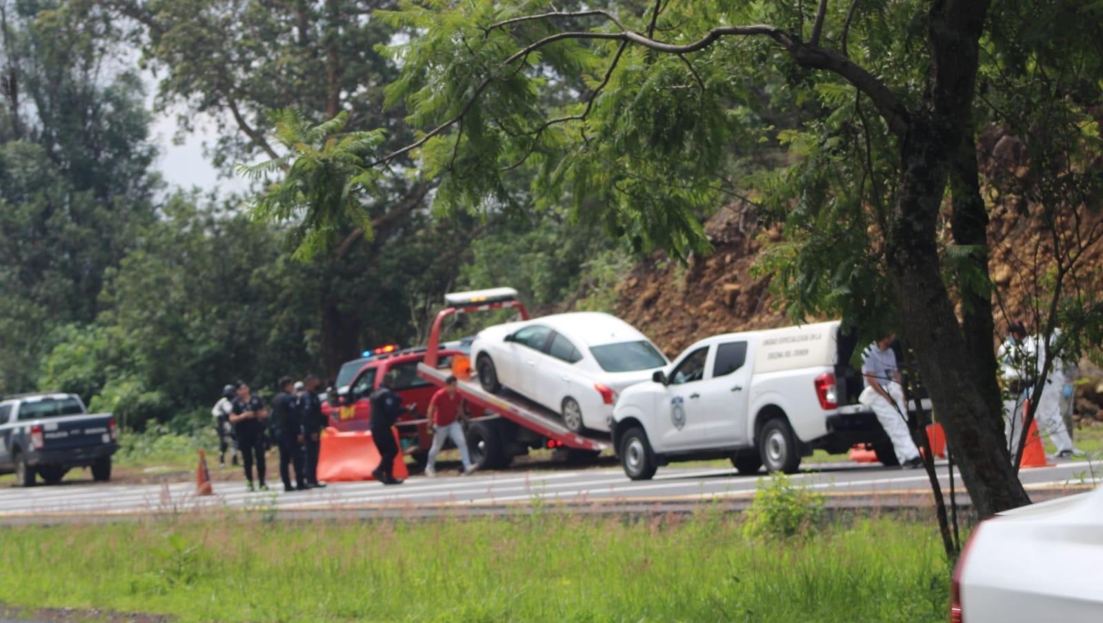 Hallan dos cadáveres en la cajuela de un automóvil en autopista La Pera - Cuautla
