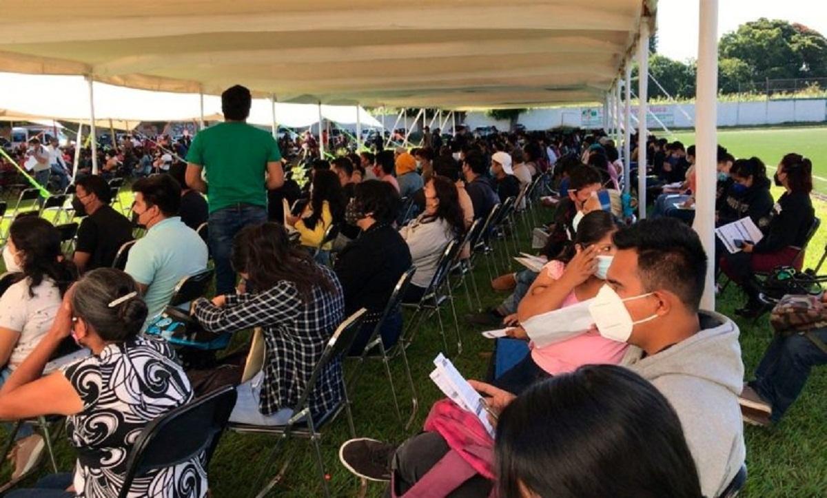 Jóvenes de 18 a 29 años abarrotan módulo de vacunación en Tepoztlán para obtener la primera dosis de la vacuna contra Covid-19
