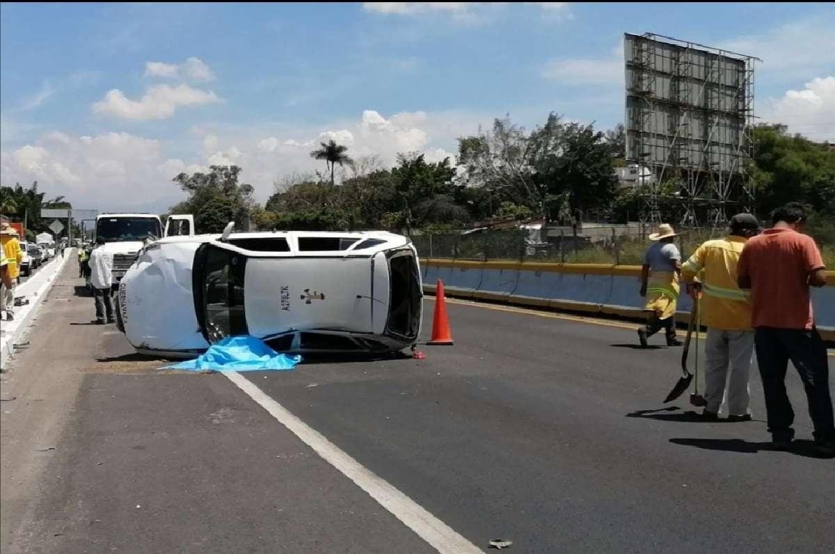 Taxista fallece al volcarse sobre la autopista México-Acapulco. Quedó aplastado por su propio vehículo