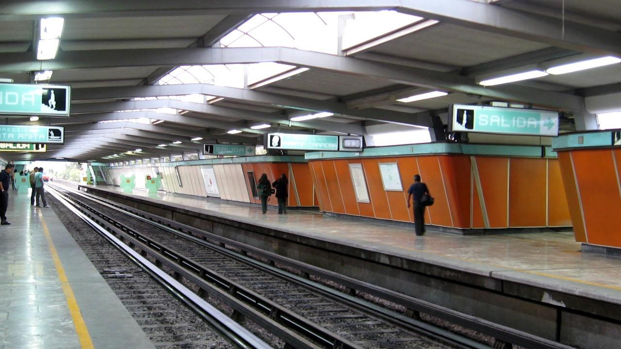 Hombre se suicida lanzándose en las vías del metro de la Ciudad de México